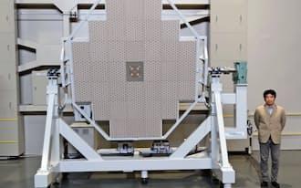 IHIエアロスペースが開発した受電用のアンテナは縦横とも2メートル以上ある