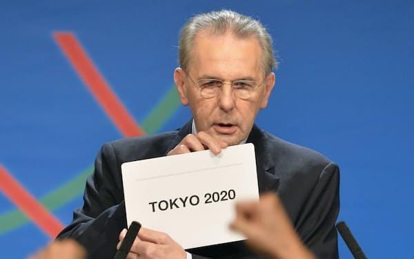 2020年五輪の開催都市を東京と発表するIOCのロゲ会長(2013年当時)=共同