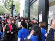 iPadを求めて開店前から並んで待つアップルファン(3日午前、カリフォルニア州パロアルト市のアップル直営店)
