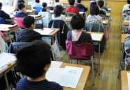 全国学力テストの開始を待つ児童(20日午前、東京都内の小学校)