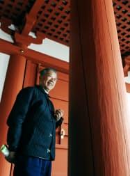当時と同じ工具で削った大極殿の柱について話す瀧川寺社建築の瀧川昭雄会長(奈良市の平城宮跡)