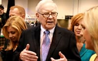 1日、株主総会前にリポーターの質問に答えるバフェット氏(ネブラスカ州オマハ)