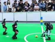 ロボカップサッカーのヒューマノイドリーグ決勝で対戦するロボット(4日、大阪市旭区の大阪工業大)