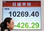 取引開始直後から大幅に値を下げた日経平均株価(7日午前、東京・日本橋)