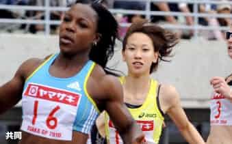 女子100メートル 11秒27で2位の福島千里。左は優勝したベロニカ・キャンベル・ブラウン(8日、長居陸上競技場)=共同