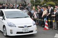 音響装置を搭載したハイブリッド車の音に耳を傾ける視覚障害者ら(10日、東京都)