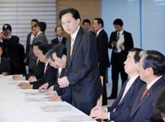 口蹄疫対策本部会合であいさつする鳩山首相(17日午後、首相官邸)