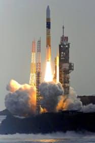 金星探査機「あかつき」を搭載し、打ち上げられたH2Aロケット(21日、鹿児島県・種子島宇宙センター)=共同