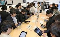 アップル直営店「アップルストア銀座」で「iPad」を手に取る人たち(28日午後、東京・銀座)=共同