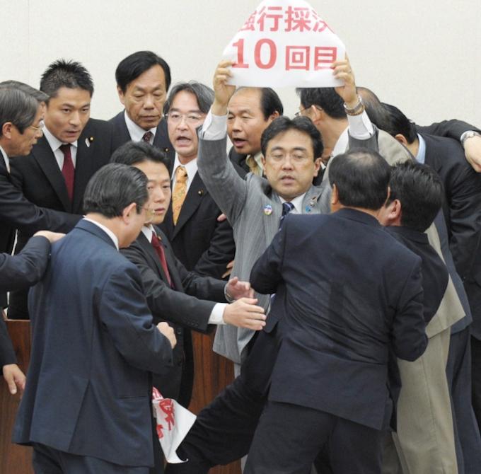 郵政法案、衆院委で可決 与党が「強行採決」: 日本経済新聞