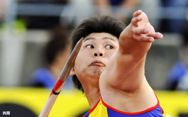 男子やり投げで11連覇を達成した村上(6日、香川県立丸亀競技場)=共同