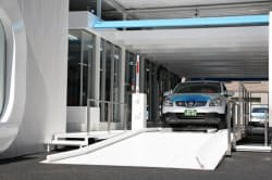 六本木ヒルズの電池交換ステーション。停車中に車体底部の電池を交換する(ベタープレイス・ジャパン提供)