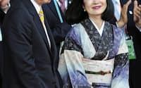 中国・上海万博の「ジャパンデー」を記念する式典に出席した鳩山前首相と幸夫人(12日)=共同