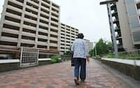 高齢化が進む団地では歩く人もまばら(東京都港区)