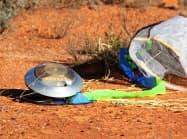 豪・ウーメラ近くの砂漠で見つかった小惑星探査機「はやぶさ」のカプセル(14日)=JAXA提供・共同