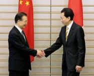 会談前に握手する中国の温家宝首相(左)と鳩山首相(当時)=5月31日午前、首相官邸
