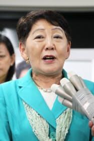 敗戦の弁を述べる民主党の千葉景子氏(12日未明、横浜市中区)