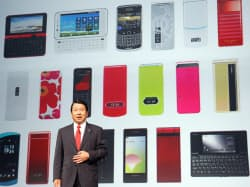 2010年夏モデルの新機種を発表するNTTドコモの山田隆持社長(5月18日、東京都港区)