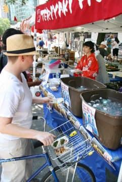 ジャパン・タウンでお好み焼きを売る屋台(ニューヨーク市マンハッタン)