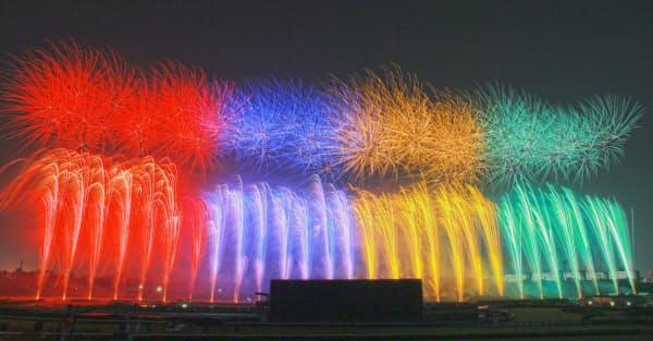 中山競馬場の馬場600メートル幅をフルに使った打ち上げ花火。コンピューター制御で点火している