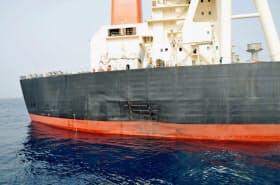 損傷した商船三井の大型原油タンカー(7月、アラブ首長国連邦のフジャイラ港沖)=共同