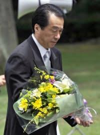 東京・千鳥ケ淵戦没者墓苑を訪れ、献花する菅首相(15日)=共同