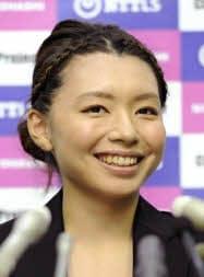 新チーム結成で記者会見し、笑顔を見せるカーリングの本橋麻里選手(16日午後、東京都港区)=共同
