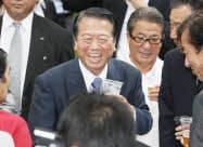 懇親会で談笑する民主党の小沢前幹事長(19日午後、長野県軽井沢町)