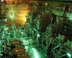 廃液などをガラス固化する施設の内部。中央奥から2基がガラス溶融炉