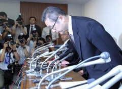 記者会見で頭を下げる日本振興銀行の小畠晴喜社長(10日午前、東京都千代田区)