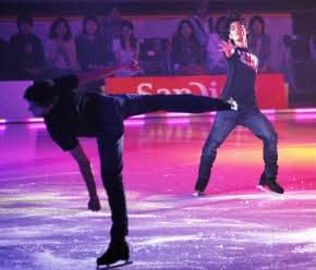 高橋大輔(右)自ら振り付けしたプログラムをアイスショーで披露した(8月、公開リハーサル)