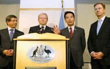 非核保有国10カ国の外相会合を終え、共同記者会見する前原外相=右から2人目=ら(22日、ニューヨーク)=代表撮影・共同