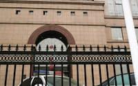フジタの社員と日本大使館員が面会したホテルの前で待機する警察車両(25日、中国河北省石家荘市)=共同