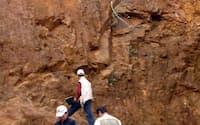 中国以外でも希土類(レアアース)の鉱脈開発が進んでいる(ベトナムでの探査作業の様子)