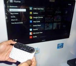 12日、ニューヨークでソニーが発表した新型テレビ「ソニー・インターネットTV」=共同