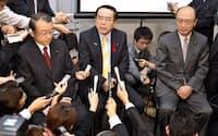 中国漁船衝突事件のビデオ視聴を終え、記者の質問に答える中井衆院予算委員長(中)ら(1日午前、衆院第一議員会館)