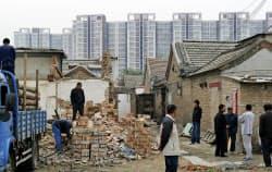 中国の不動産市場でバブル懸念が再燃(北京市内で新たなマンション建築のため取り壊される家屋)=共同