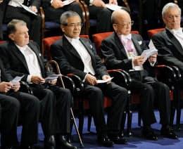 ストックホルムで10日開かれたノーベル賞授賞式に出席した鈴木章さん(中央右)と根岸英一さん(同左)=共同