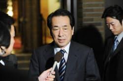 法人税の減税について記者の質問に答える菅首相(13日、首相公邸)