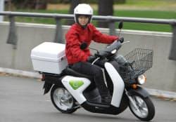 発売開始するホンダの電動バイク「EV-neo」(16日、東京都新宿区)
