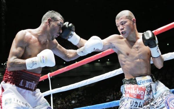 9回、ムニョス(左)を攻める亀田興毅(26日、さいたまスーパーアリーナ)
