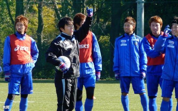 J1川崎の全体練習で選手に指示を与える相馬直樹新監督(左から2人目)=川崎市