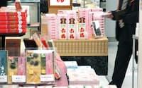 大阪、京都、伊勢などの銘菓が並ぶ土産物売り場(JR新大阪駅)