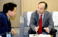 東京都庁で東京都の猪瀬直樹副知事(左)と会談するソフトバンクの孫正義社長(共同)