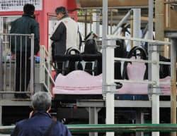 男性が転落した小型ジェットコースターを調べる警視庁の捜査員ら(30日午後、東京都文京区)