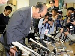 大相撲の八百長疑惑問題で、記者会見を開き謝罪する日本相撲協会の放駒理事長=2日夕、東京・両国国技館