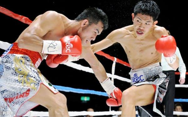 3回、オーレドン・シッサマーチャイ(左)を攻める井岡一翔(11日、神戸ワールド記念ホール)=共同