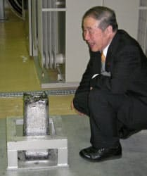 約80キログラムの超高純度鉄を前に満足げな安彦東北大客員教授(超高純度金属材料技術研究組合長崎試験場で)