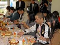 浜松市内で開かれた「はまぞう」のブロガーによる試食会