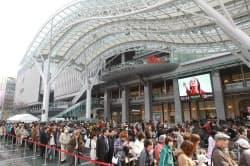 阪急百貨店や専門店街「アミュプラザ」が入居する(3日、福岡市博多区)